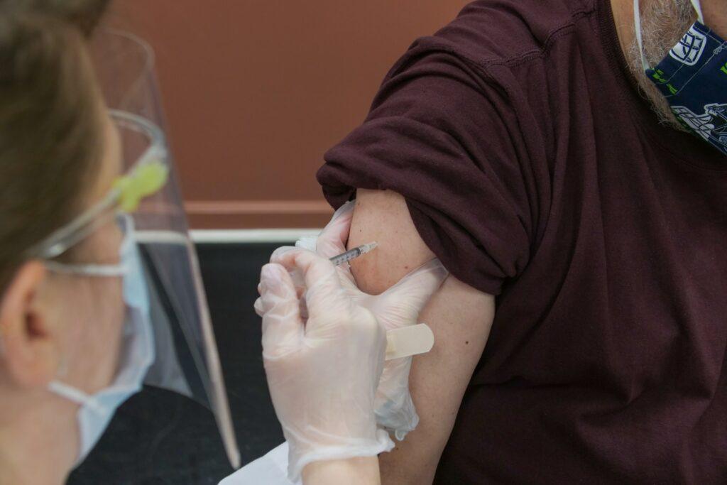 Os desencontros na vacinação 8 meses após seu início no Brasil